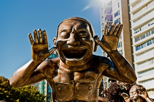 2-laughing-sculpture
